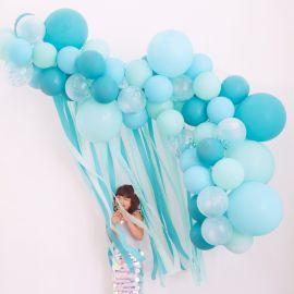 Slinger met ballonnen en linten crêpepapier